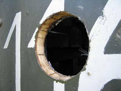 вырезаем отверстие 150 мм для трубы газового конвектора