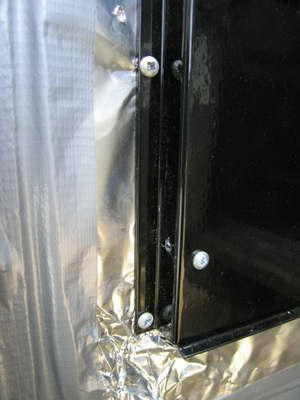 заднюю стенку газового конвектора крепим саморезами